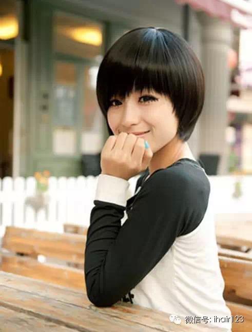 可爱顺滑的萝莉短发波波头发型,贴服的头发很显瘦脸效果,特别是齐刘海
