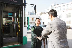 失主黄先生在得知韩师傅捡到了他的公文包后,特意赶到公交车场来认领失物 都市时报记者 谢瑞