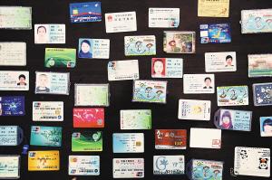 海源寺公交车场一年来累计收到很多无人认领的失物
