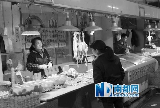 昨日,越秀区惠福西肉菜市场,有档口卖活鸡。 南都记者 邹卫 摄