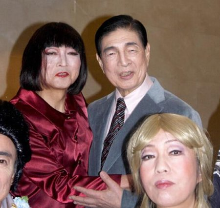 左起鸠山由纪夫、近卫忠辉排练音乐剧