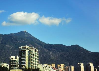 """鼓山,一朵白云将""""福州蓝""""衬托得更加美丽"""