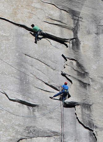 为了保证攀岩过程的安全,汤米・考德威尔(Tommy Caldwell)凯文・乔治森(Kevin Jorgeson)在攀登岩壁时身上系着安全绳索,但在攀登中他们并没有借助工具,而是完全靠他们自身的力量和敏捷,徒手攀爬。
