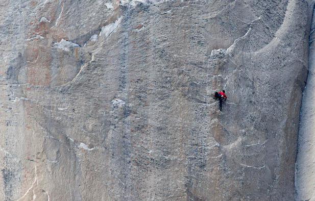 中新网1月15日电 据外媒报道,当地时间14日,美国两名攀岩爱好者在位于加州的约塞米特蒂国家公园完成一项壮举。两人徒手攀爬了埃尔卡皮坦山的一面高900多米的垂直岩壁。这一岩壁被认为是世界上最难攀登的岩壁之一。