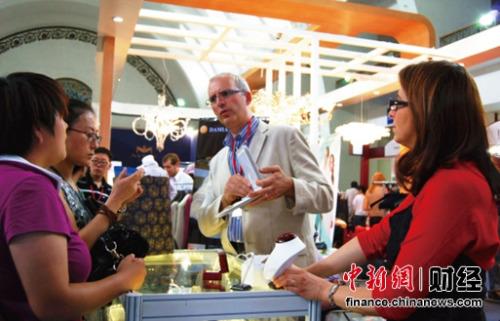 """意大利展团负责人Alessandro说:""""我们一直很看好中国的奢侈品消费市场。通过连续三年参加展会,感受到北京奢侈品展是国外品牌体验中国奢侈品消费市场的良好平台。意大利展团各品牌都有很大收获,在展会上找到了很多合作伙伴,也见到了很多高端消费人群。在2015年我们将会组织更多在意大利奢侈品牌拓展中国市场。"""""""