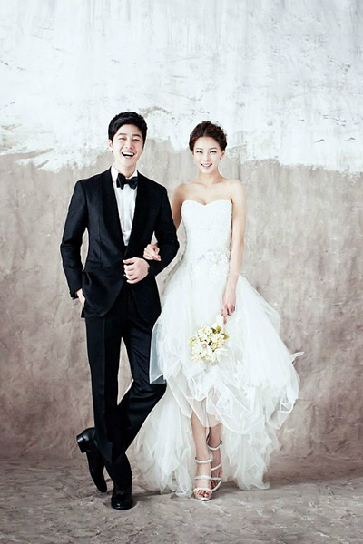 一,单色背景   单色背景一直是永不退色的婚纱照经典,以往的单色图片