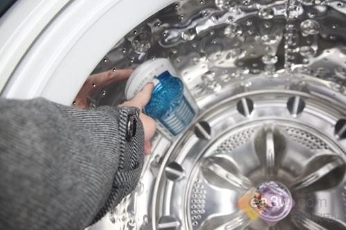 """在内筒顶部特别设有喷头,在首次漂洗时进行喷洗,可以有效去除洗涤剂残留。另外,在内筒新增""""净妙双过滤网""""设计,形成左右双网,清除毛絮更有效。而液态水平珠可以协助你检查洗衣机是否摆放平衡,避免由此而产生的不必要噪音。"""