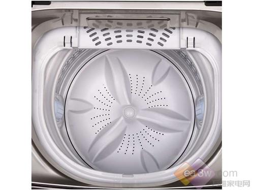 在内筒方面,海尔XQS85-BYD1328洗衣机采用净立方内筒,该内筒有许多凹面立方型,可避免衣物过度拉伸、收缩,提高洗涤效果。海尔的芯变频技术可有效降低洗衣机的噪音,使脱水、洗涤效率升高。本款洗衣机还具有海尔独有的双动力洗涤技术,实现波轮和内筒的双动力驱动,双向旋转,提高洗净度,防止衣物缠绕。此外,该洗衣机还有自编程、漂甩二合一、10分钟快洗、桶风干、桶自洁等功能。