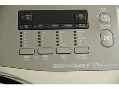 该洗衣机有齐全的洗涤程序,包括婴儿内衣95℃洗、羊毛洗、户外服、手洗、泡泡净等。洗衣机还配有三星的VRT技术,该技术可降低洗衣机在高速脱水时所产生的噪音和振动。