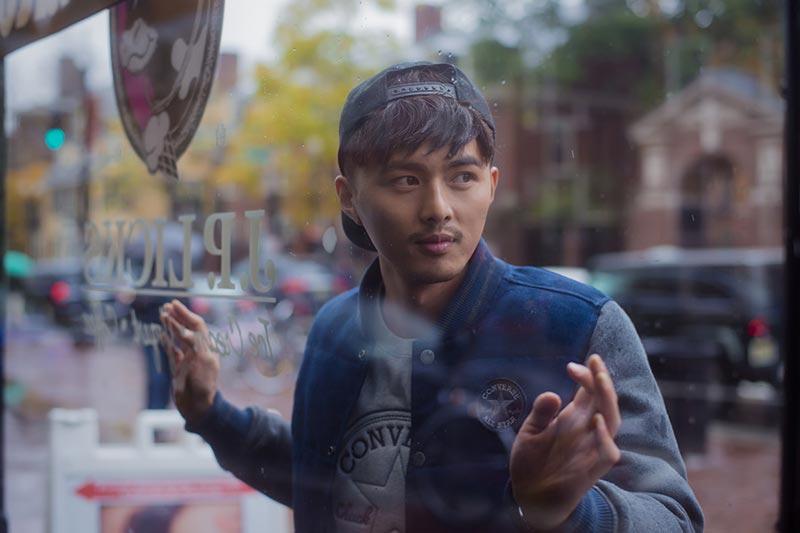 高昊和叶祖新_萌帅叶祖新雨天漫步 轻倚玻璃成橱窗模特/图-搜狐滚动