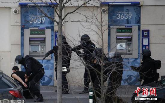 当地时间1月16日,法国警方消息称,巴黎劫持人质的枪手已经被逮捕,人质获释。当天早些时候,位于巴黎郊外科伦布镇的一家邮局中发生人质劫持事件,一名枪手劫持了2名人质。目前,没有发现这起事件与任何极端主义袭击有关。图为犯罪嫌疑人被法国特警抓获。
