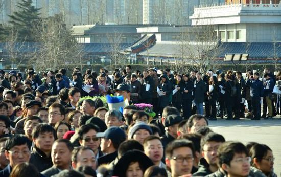 """2015年1月16日,北京,""""布鞋院士""""李小文悼念会在八宝山殡仪馆举办,前来悲悼的人排起了长长的步队。磅礴美色诱惑 练习生 孙伊豆图"""