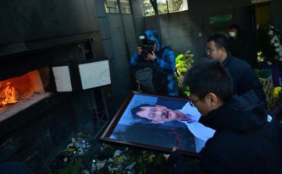 悼念会后, 世人将李小文的遗像投入火炉燃烧。 磅礴期货配资 练习生孙伊豆 图