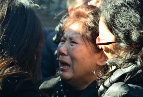 李小文的老婆在悼念会上心情冲动,眼含泪水。 磅礴期货配资 练习生孙伊豆 图