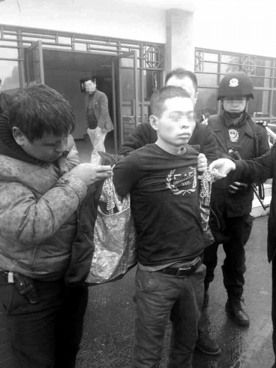 18日,灵宝市警方在贵州凯里将犯罪嫌疑人郭坤抓获。新华社发