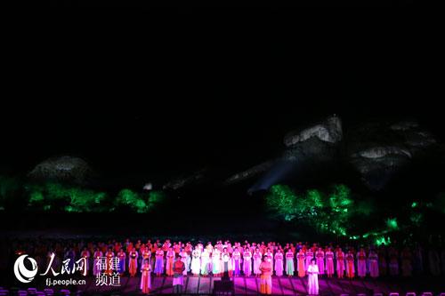 新版《印象大红袍》表演过程中观众参于喊出自然山水