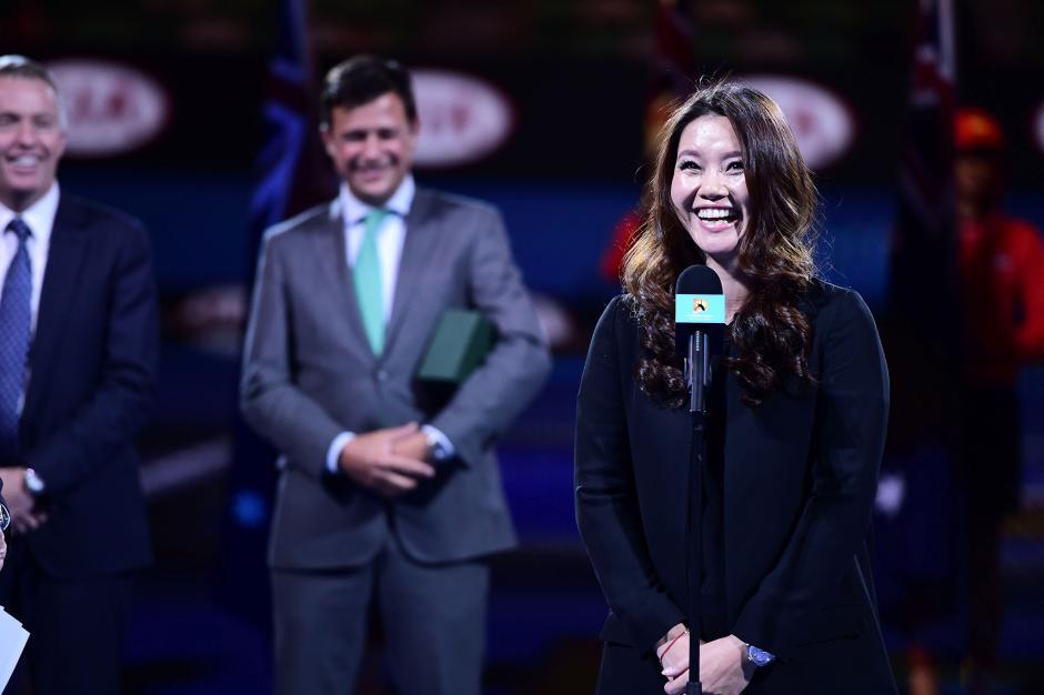 """北京时间1月19日消息,在罗德拉沃尔的夜场比赛之前,澳网组委会为李娜举办了一个特别的仪式。李娜宣布她和姜山的孩子将在今夏出生。随后李娜在微博也公布了这条喜讯,""""今年夏天,我和姜山的第一个孩子就要出生了,此时此刻我感到无比的幸福。"""" 图片来源:澳网公开赛官方网站"""