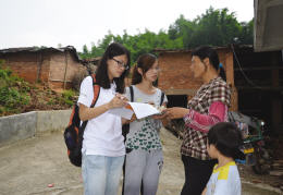 参与调研的学生正在农户采访
