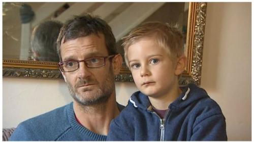 英国5岁男孩阿历克斯因未如约出席小朋友生日聚会被罚15.95英镑,这是他和爸爸德里克。
