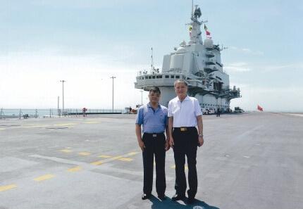 徐增平与前海军副司令在辽宁舰上。