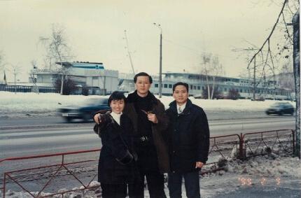上世纪70年代,徐增平(左三)所在的篮球队和时任广州军区司令的许世友(中)。