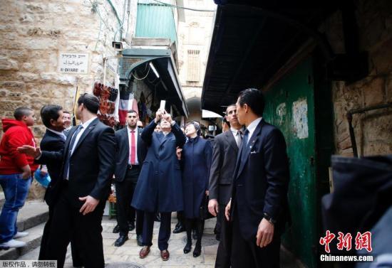 当地时间2015年1月19日,日本首相安倍晋三偕妻子安倍昭惠前往耶路撒冷旧城。