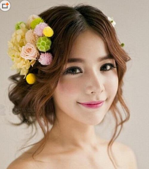 将唯美飘逸的长发盘起来,凸显出精致的五官和脸型,更能展现出新娘的图片