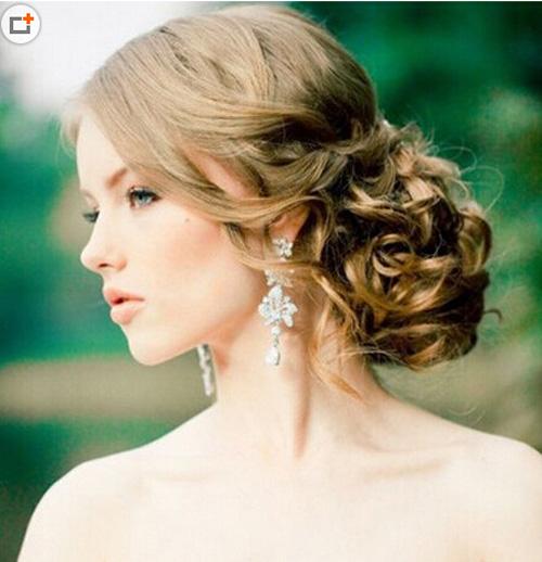 长发新娘发型,自然的散披着很唯美好看,搭配唯美的白色头纱,加上花朵图片