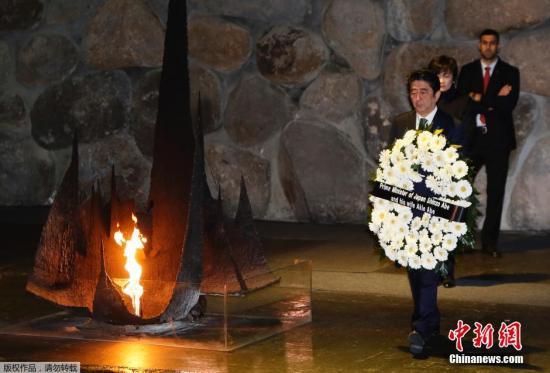 当地时间2015年1月19日,以色列耶路撒冷,日本首相安倍在犹太大屠杀纪念馆向大屠杀遇难者敬献花圈。