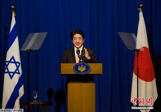 """当地时间2015年1月20日,以色列耶路撒冷,日本首相安倍晋三就""""伊斯兰国""""绑架两名日本人质召开新闻发布会。期间,日本首相在电脑上观看了""""伊斯兰国""""绑架两名日本人质的视频。"""