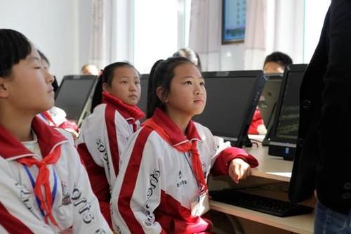 影光柳南希望小学是柳河县新开办的希望小学,与国内边远地区很多新建的小学一样,影光柳南希望小学开办以来一直缺乏足够的电脑教学设备,不少学生从未接触过电脑。为此,孙学文校长一直四处奔走,呼吁有关部门和助学机构能够为学校提供足够的教学电脑支持。