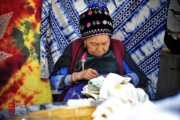 久闻大理周城村扎染历史悠久,而且都是家庭手工作坊式的传承,对这样的