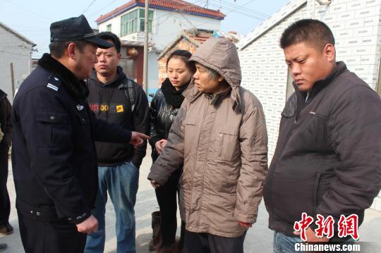 图为民警黄海厦向陈秀英右二介绍她的3个子女。 卢爱顺 摄