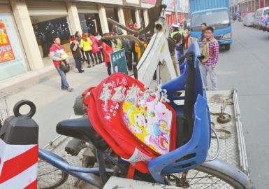 """1月21日上午,在成都寓居的王密斯骑着自行车送3岁的女儿去儿童园,没想到,这成了她和女儿的末了一次碰头。当她骑行至成双小道左近南沈路时,发作了一同事故,女儿可怜被一辆大货车排挤,就地死亡。提及其时的场景,王密斯喜笑颜开:""""没想到路边停泊的一辆红色轿车车门忽然翻开,把咱们骑的自行车碰倒,后边的大货车就从璐璐身上压了过来。"""""""