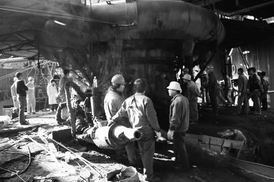 工人被压在烧铁锅炉内