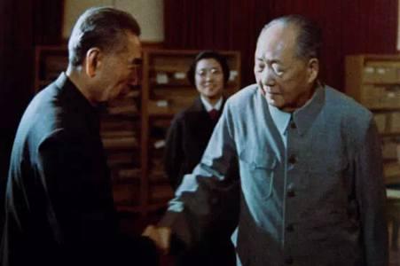周恩来与毛泽东的最后一次握手 资料图
