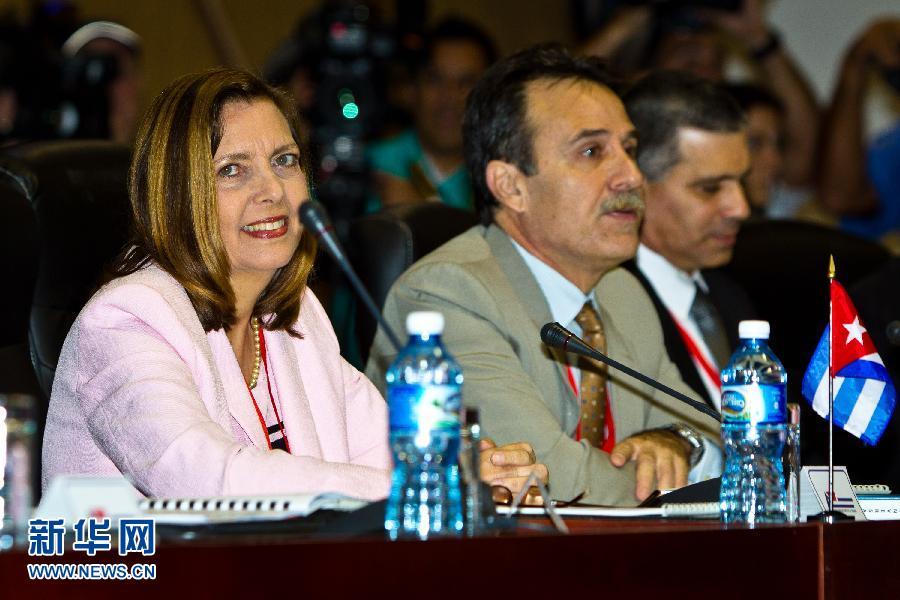 1月21日,美国国务院助理国务卿帮办爱德华·亚历克斯·李(右二)在古巴首都哈瓦那会议宫准备会谈。