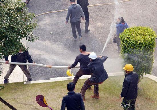 1月21日,东莞南城区香树丽舍小区因修建围墙问题再起冲突,现场发生抢夺高压水枪。南都记者刘在富摄