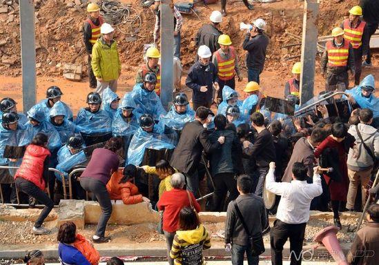 冲突现场一片混战。南都记者刘在富摄