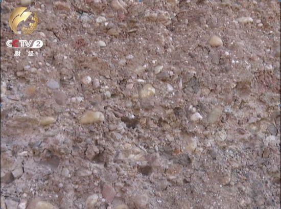 被挖处植被稀少 坑洞遍地