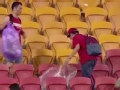 视频-给国足球迷点赞! 赛后捡垃圾清扫看台