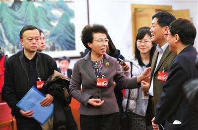北京已建立完整的三级食品药品监管体系,市、区县、乡镇统筹领导、垂直领导和分块管理相结合,就目前来看,这个新的管理体制在快速发现问题、解决问题上取得了很好的进展,在保障食品药品安全上更有力。目前食品药品通过网络流通的比例在增长,要针对网络食品药品专门设立网上稽查。