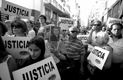 尼斯/1月21日,阿根廷民众开始游行***要求公正审判控告总统的...