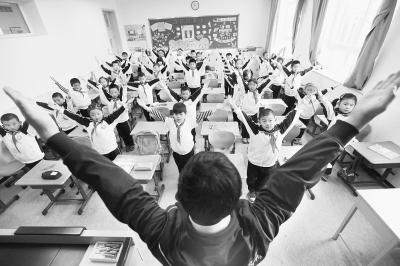 由于雾霾天气,一些中小学学校的体育课改在了教室进行。
