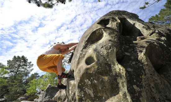 您已经能够完成单线运动攀登,想尝试更远更冒险的路线吗?一处位于法国阿尔卑斯山?crins地区艾勒弗鲁瓦德下游,峰值为4000米的山面可能正是您理想的攀岩墙。这处坐落于阿尔卑斯山谷中的山面上有十几条较易攀登的路线,主要是直行路线,并有固定点作保护,能够让您很好的练习多段攀登(路线通常长于50米)。初试多段攀岩的运动者最好在佩尔武附近的指导局(Bureau des Guides)获得教练的指导。