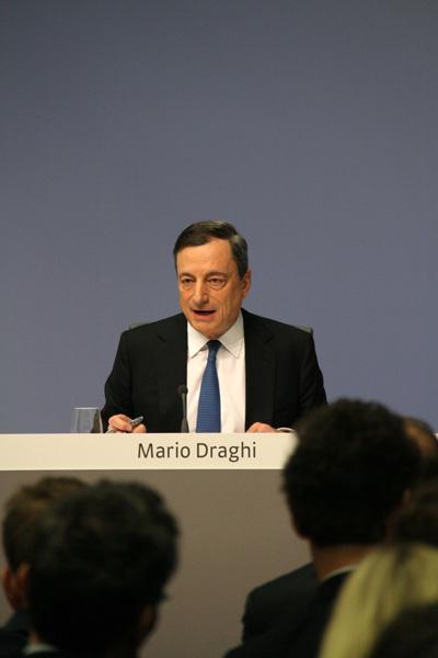 1月22日,欧洲央行行长德拉吉在德国法兰克福出席新闻发布会,宣布欧元区逾1万亿欧元规模资产购买计划(量化宽松),以应对区域内持续的通缩压力并促进经济复苏。新华社记者申正宁/摄