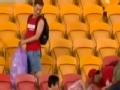 视频-国足球迷赛场捡垃圾 球迷同样赢世界尊重