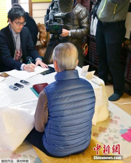 """当地时间1月25日,日本千叶市,日本遭""""伊斯兰国""""绑架人质汤川遥菜的父亲接受媒体采访。伊斯兰国武装(IS)24发布视频显示,其中一位被绑架日本人质汤川遥菜(Haruna Yukawa)已经被该组织杀害。日本政府表示将验证视频的真实性。 视频:关注日本人质事件:极端组织视频显示一人质已遭杀害来源:央视新闻"""