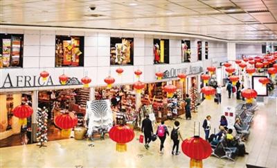 1月22日,南非约翰内斯堡奥利弗・坦博国际机场的国际候机区域被传统中国节日元素装扮一新,洋溢着浓浓的中国年味,吸引了世界各地旅客的目光。这是这座非洲最大机场首次为中国新春佳节专设主题布置,旨在推广中国文化,吸引中国游客前来南非游玩。