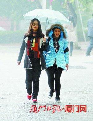 雨中行人。(记者 姚凡 摄)